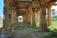 Ruines antiques sur Krishna Bazaar dans Hampi, Inde Images stock