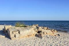 Ruines antiques sur la côte de l'île inhabitée Photographie stock