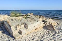 Ruines antiques sur la côte de l'île inhabitée Images stock
