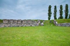 Ruines antiques sur le champ vert Images stock