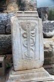 Ruines archéologiques d'un caducée dans Ephesus, Turquie image stock