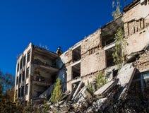 Ruines d'école dans la zone de Chornobyl image libre de droits
