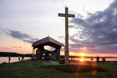 Ruines d'église sur l'île Lettonie de St Meinard ikskile sur la dvina occidentale de rivière Photo rentrée le 26 août 2017 Images stock