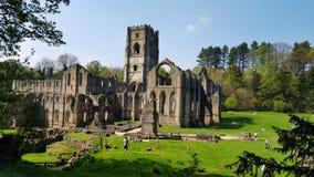 Ruines d'abbaye de fontaines, jardin royal de l'eau de Studley l'angleterre photo stock