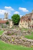 Ruines d'abbaye de StAugustines avec la cathédrale de Cantorbéry au b Images stock