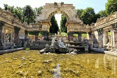 Ruines d'antiquité de parc de Vienne Schonbrunn photos libres de droits