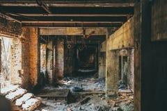 Ruines d'intérieur de bâtiment industriel après catastrophe ou guerre ou tremblement de terre Tunnel rampant sombre ou couloir, l photographie stock libre de droits