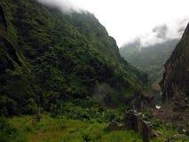 Ruines d'un éboulement frappé à la maison en Himalaya Photos libres de droits