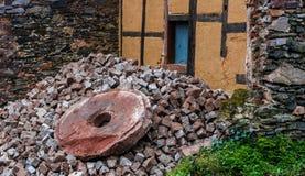 Ruines d'un moulin à eau d'oöd et du moulin en pierre avec La Bavière, Allemagne photos libres de droits