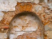 Ruines d'un mur détruit par l'humidité et la précipitation photographie stock libre de droits