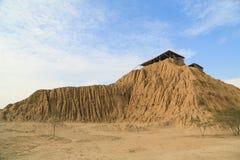 Ruines d'un site de pré-Inca avec des pyramides d'adobe Photographie stock libre de droits
