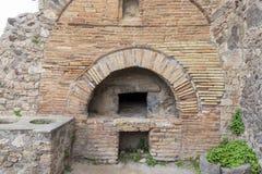 Ruines d'une boulangerie ? la ville romaine antique de Pompeii, Italie photo libre de droits