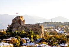 Ruines d'une des nombreuses forteresses de montagne en Géorgie Photos libres de droits