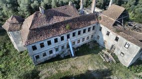 Ruines d'une résidence médiévale oubliée, vue supérieure dans StBenedek, la Transylvanie, Roumanie image stock
