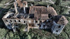 Ruines d'une résidence médiévale oubliée, vue supérieure dans StBenedek, la Transylvanie, Roumanie photo stock