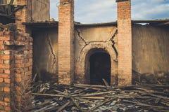 Ruines d'une vieille grande usine ruinée Photos stock