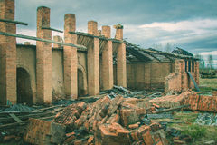 Ruines d'une vieille grande usine ruinée Photographie stock