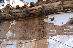 Ruines d'une vieille maison de village faite de bois de ND d'adobe image libre de droits