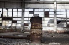 Ruines d'usine ou d'entrepôt abandonnée images stock