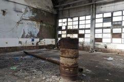Ruines d'usine ou d'entrepôt abandonnée photo libre de droits
