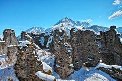 Ruines dans le paysage montagneux par des visions claires photos stock