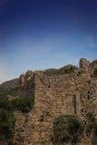Ruines dans les montagnes le soir Image stock