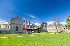 Ruines de château épiscopal médiéval de Haapsalu sous le ciel bleu Photos libres de droits