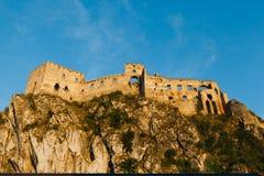 Ruines de château de Beckov pendant le temps de coucher du soleil du côté est, Slovaquie image stock