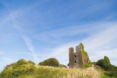 Ruines de château dans le pré en Irlande Photo stock