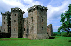 Ruines de château de Raglan, Pays de Galles Photographie stock