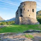 Ruines de château de Dolbadarn au Pays de Galles images libres de droits