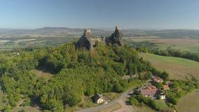 Ruines de château gothique Trosky en parc national Tchèque Paradise Vue a?rienne au monument m?di?val dans la R?publique Tch?que clips vidéos