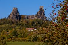 Ruines de château médiéval de Trosky en Bohême image stock