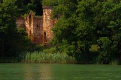Ruines de château par le lac Château de Klaudyna Potocka en parc national de Wielkopolski, Poznan, Pologne image stock