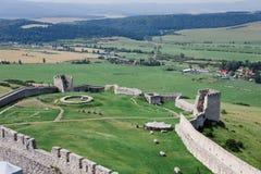 Ruines de château de château de Spisky en Slovaquie - arrière-cour images libres de droits