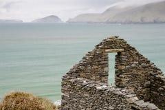 Ruines de ferme donnant sur l'Océan Atlantique Photo stock