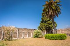 Ruines de fragment de Pompeii de cour avec des colonnes photos stock