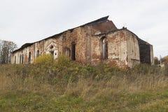 Ruines de l'église de la nativité de la Vierge bénie sur Spassky Kokshengsky Pogost de secteur de Tarnogsky Photographie stock libre de droits