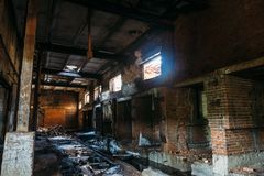 Ruines de l'entrepôt industriel abandonné, couloir rampant sombre d'atelier d'usine de fabrication avec des colonnes photos libres de droits
