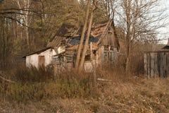 Ruines de la maison dans la zone de Chernobyl, Ukraine, novembre 2016 Photo libre de droits