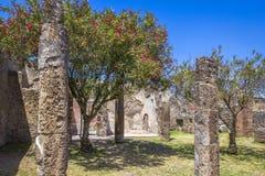 Ruines de la ville antique de Pompeii, de colonnade et de jardins près du volcan Vizuvius, Pompéi, Naples, Italie image stock