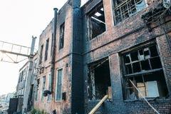 Ruines de maison de brique brûlée après accident de catastrophe du feu Fenêtres cassées avec la cendre Photo libre de droits