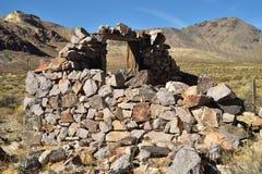 Ruines de maison en pierre abandonnée dans le paysage de désert Images libres de droits