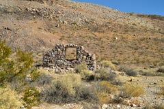 Ruines de maison en pierre abandonnée dans le paysage de désert Image libre de droits