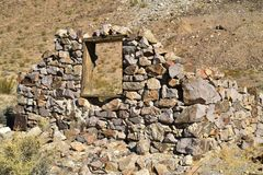 Ruines de maison en pierre abandonnée dans le paysage de désert Photo stock