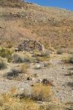 Ruines de maison en pierre abandonnée dans le paysage de désert Photos stock
