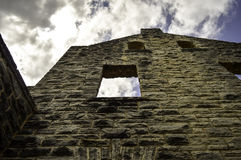 Ruines de mur de château contre le ciel Photos stock