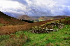 Ruines de parc à moutons au-dessous de Darling Fell image stock