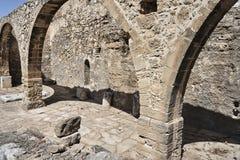 Ruines de pierre de l'aqueduc antique Photos stock