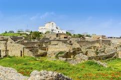 Ruines de Pompeii avec le bâtiment moderne à l'arrière-plan photographie stock libre de droits